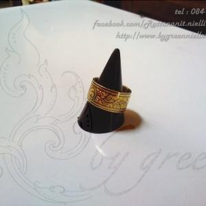 แหวนถมทอง แบนตรงกลางสลักหัวนะโม 1 cm. งานสั่งทำ โดย เครื่องถมนคร by green
