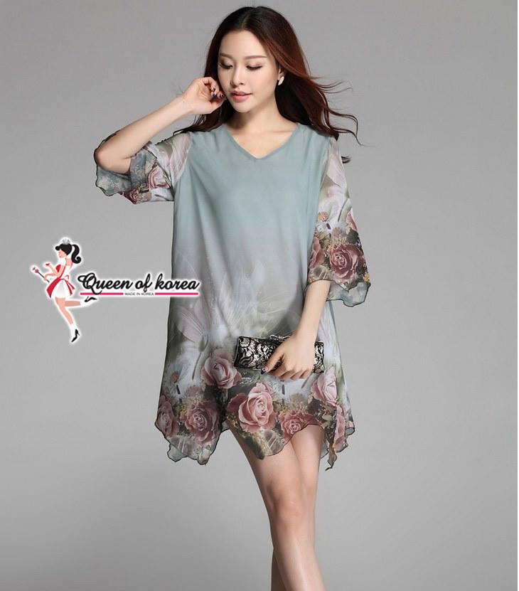 ( พร้อมส่งเสื้อผ้าเกาหลี) ชุดเดรสทรงหลวม โทนสีเขียว พิมพ์ลายดอกกุหลาบ ช่วงแขนและชายเสื้อ มีลูกเล่นตรงแสงสีของธรรมชาติที่ตัดกับโทนสีของเดรสได้อย่างลงตัว ดูNice สุดๆ เก๋ไก็ด้วยชายเสื้อที่ออกแบบเป็นรอยหยัก ให้ความรู้สึกถึงความพลิ้วไหว