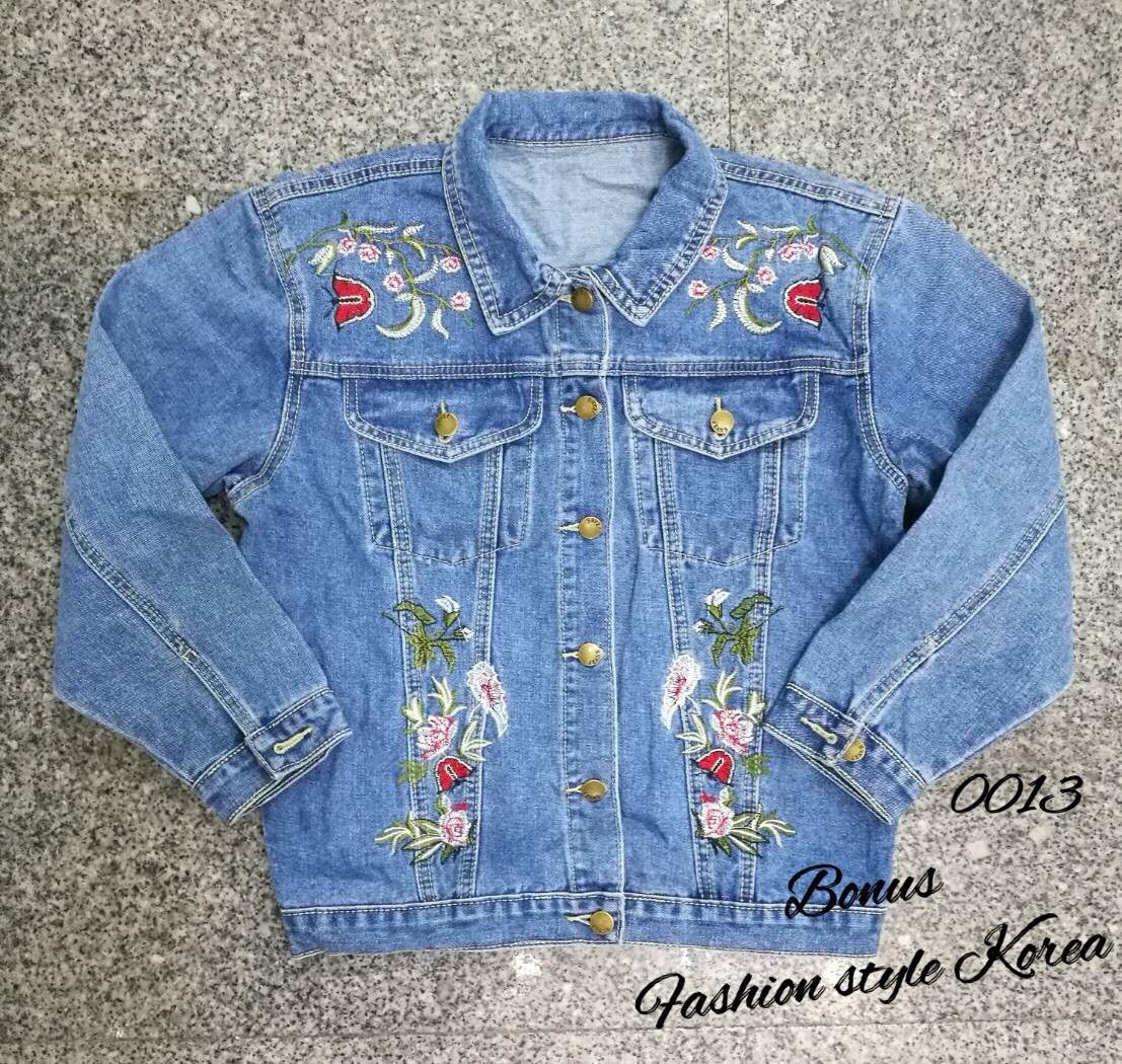 เสื้อผ้าแฟชั่นเกาหลีพร้อมส่ง เสื้อแจ็คเก็ตยีนส์แต่งปักดอกไม้