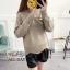 เสื้อผ้าเกาหลีพร้อมส่ง เสื้อไหมพรม แบบสวม ที่อกปักรูปผึ้งคู่ thumbnail 3