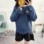 เสื้อผ้าเกาหลีพร้อมส่ง เสื้อไหมพรม แบบสวม ที่อกปักรูปผึ้งคู่ thumbnail 4
